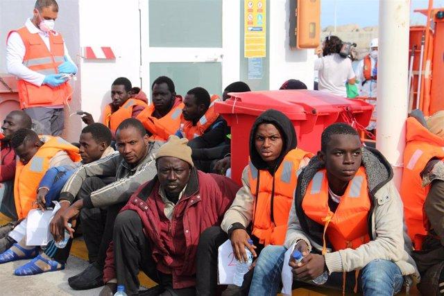 La embarcación de Salvamento Marítimo Alcor recoge a 50 inmigrantes subsaharianos que habían llegado de madrugada a las Islas Chafarinas, en un patera compuesta por 3 menores, 10 mujeres y 37 hombres .