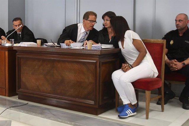 Ana Julia Quezada dialoga con sus abogados antes del inicio de la vista