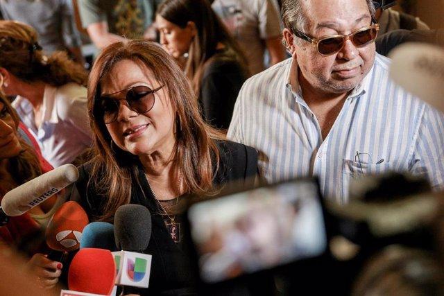 La cantante Ángela Carrasco visita la capilla ardiente de Camilo Sesto, instalada en la sede de la SGA, un día después de su fallecimiento, el 8 de septiembre de 2019.