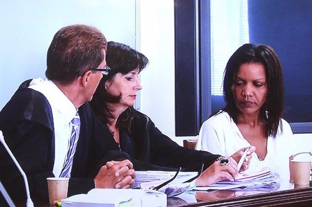 Ana Julia Quezada junto con sus abogados en el juicio por el crimen de Gabriel Cruz