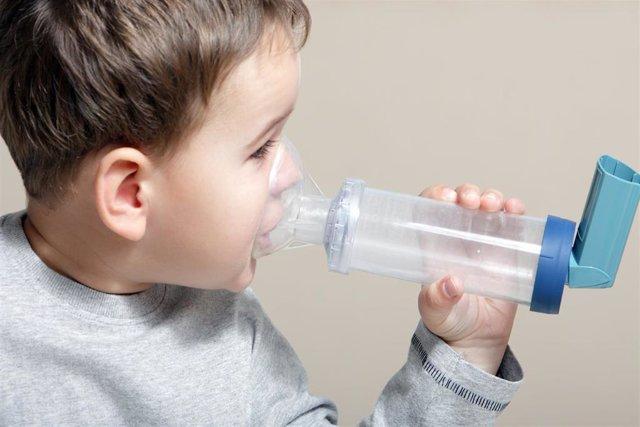 Niño con un inhalador.