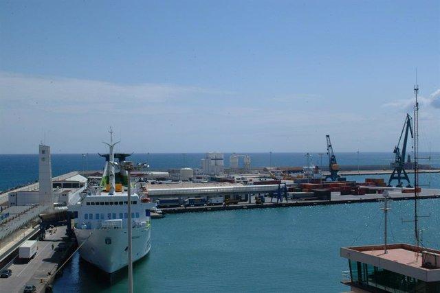Puerto de Melilla con ferry durante el día