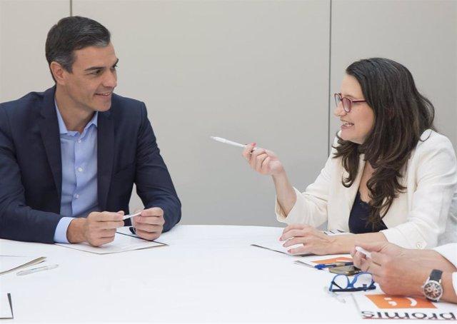 El secretario general del PSOE y presidente del Gobierno en funciones, Pedro Sánchez, la vicepresidenta de la Generalitat valenciana  y coportavoz de Compromís, Monica Oltra, en la reunión mantenida el 5 de agosto en València.