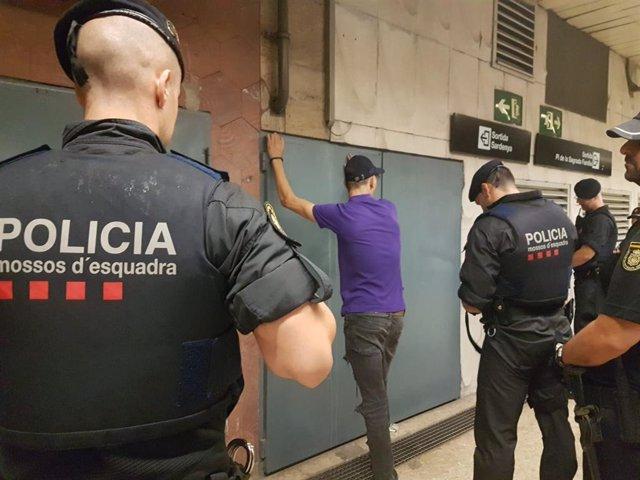Agents de Mossos d'Esquadra i Policia Nacional en un operatiu contra els carteristes en el Metre de Barcelona.