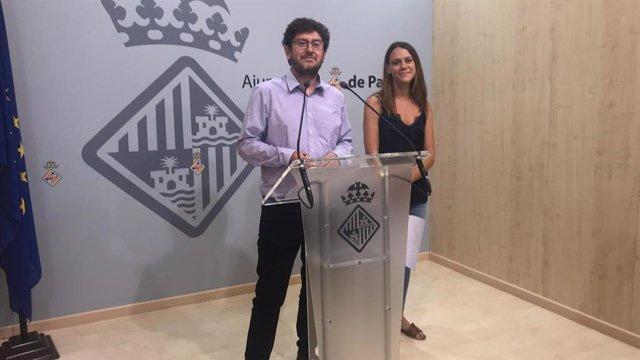 El regidor de Participació Ciutadana, Alberto Jarabo i la directora general de Participació ciutadana, Clàudia Costa.