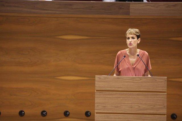 La secretaria general del PSN y candidata del partido a la Presidencia de Navarra, María Chivite, pronuncia su discurso durante la primera sesión del debate de su investidura a la Presidencia del Gobierno de Navarra en el Parlamento navarro.