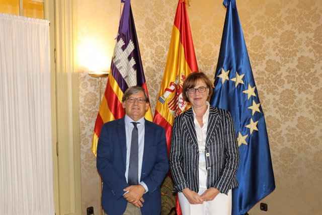 El president del Parlament, Vicenç Thomàs, i la cònsul d'Alemanya a Mallorca, Karin Köller.