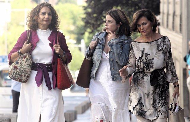 Arribada de l'equip negociador del PSOE a la reunió amb Podem per formar un possible Govern. (I-D) La ministra d'Hisenda en funcions, María Jesús Montero; la portaveu del PSOE al Congrés, Adriana Llastra; i la vicepresidenta del Govern en func