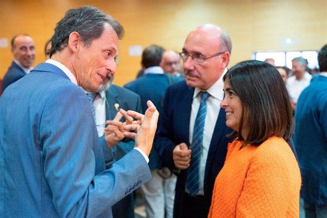La consejera de Economía, Carolina Darias, conversa con el ministro de Ciencia, Pedro Duque y el director del IAC, Rafael Rebolo
