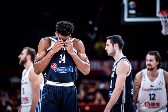 Giannis Antetokounmpo jugando con Grecia