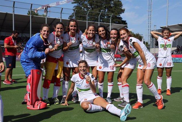 La selección española de hockey hierba, con su medalla de bronce en el Campeonato de Europa femenino.