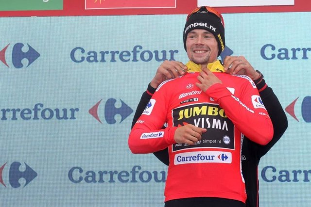El ciclista esloveno Primoz Roglic, con el maillot rojo de líder de la Vuelta a España