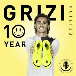 Antoine Griezmann con sus nuevas botas de Puma para celebrar los 10 años como profesional
