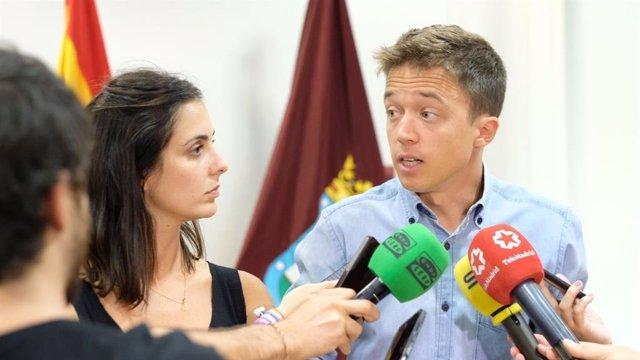 La portavoz ante los medios de Más Madrid en el Ayuntamiento de la capital y el portavoz de la formación en la Asamblea de Madrid, Rita Maestre e Íñigo Errejón, atienden a los medios tras una reunión de coordinación.