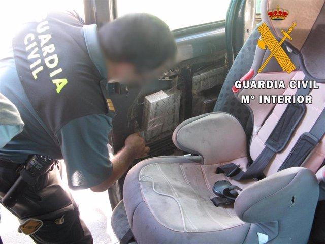 Cajetillas de tabaco ocultas en un coche detectado en el puerto de Almería