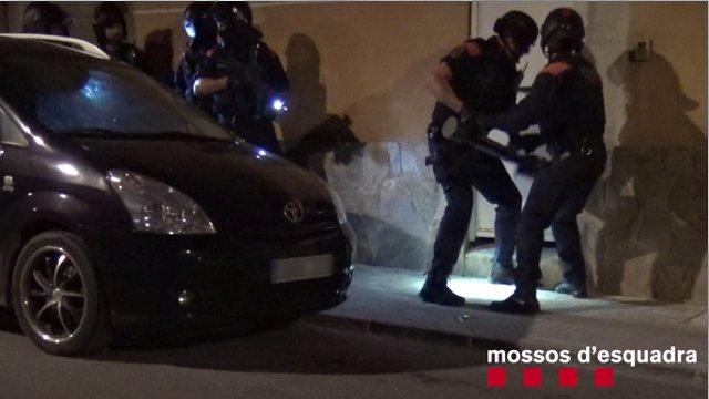 Els Mossos detenen tres persones per segrestar i torturar a un home