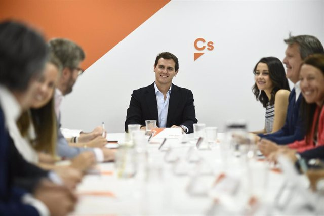 """Rivera pide al electorado """"no darle la batuta a Sánchez otra vez"""" porque no es c"""