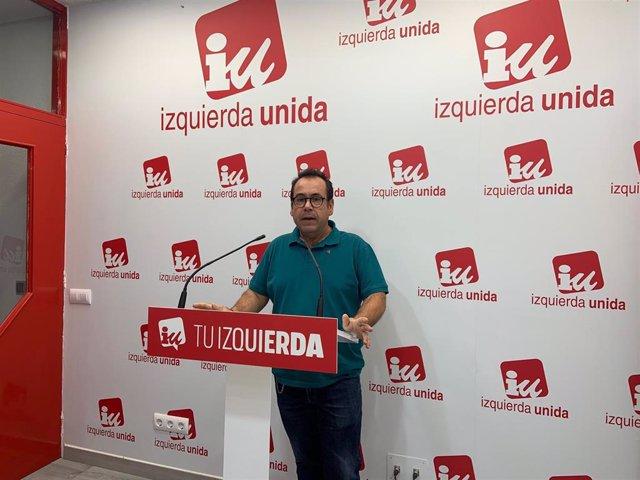 El coordinador regional de IU, Juan Ramón Crespo, en rueda de prensa.
