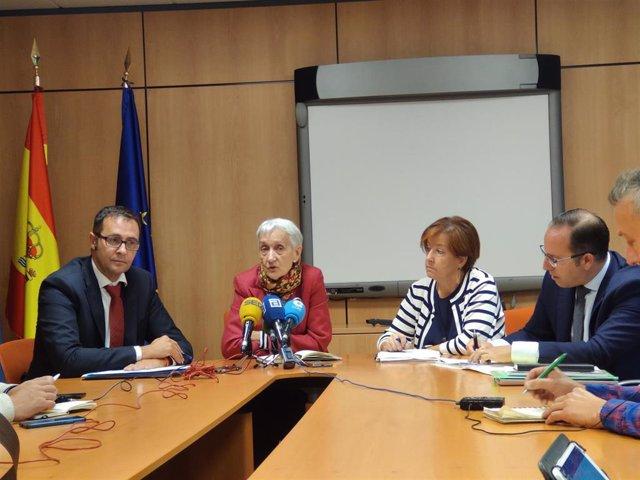 El concejal de Educación, José Luis Costillas, la consejera Carmen Suárez y el edil Mario Arias en rueda de prensa.