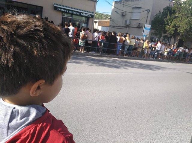 Un niño que no ha acudido a clase en Nueva Carteya observa la concentración del resto de alumnos de su colegio y sus padres.