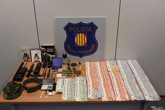 Les armes, la munició, la droga i els diners requisats del detingut en Cerdanyola