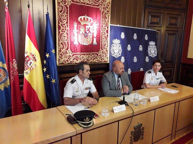 De izquierda a derecha, Francisco López Canedo, jefe de la Policía Nacional en Navarra, José Luis Arasti, delegado del Gobierno en Navarra, y Nuria Mazo, comisaria de la Policía Nacional.