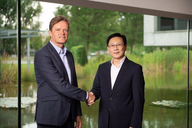 Markus Schäfer, Responsable De Producción De Mercedes-Benz, Y Yu Wang, Fundador Y Consejero Delegado De Farasis Energy