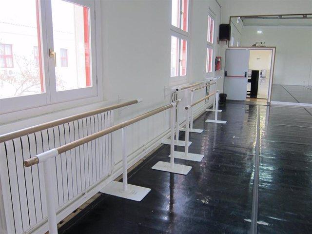 Sala de danza con barras de ballet
