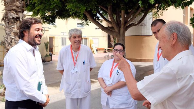 El consejero de Empleo, Investigación y Universidades, Miguel Motas, durante su visita a un programa mixto de empleo y formación impartido por entidades sin ánimo de lucro.