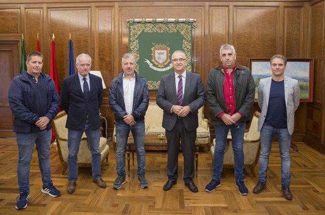 El alcalde de Pamplona evalúa junto a UAGN la labor de sensibilización de Casa G
