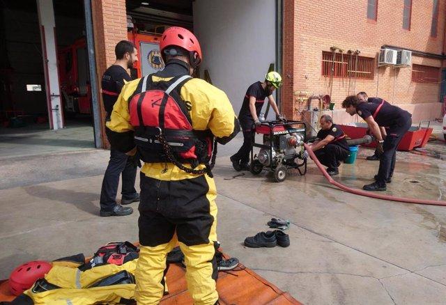 Los bomberos revisan el material ante el aviso por tormentas