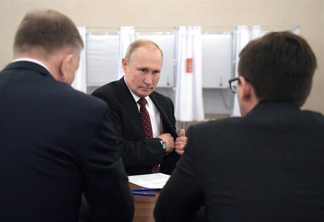 Vladimir Putin vota en las elecciones en Moscú