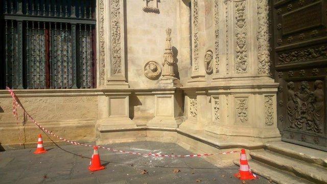 Imagen de la Cruz de la Inquisición del arquillo del Ayuntamiento de Sevilla tras ser vandalizada