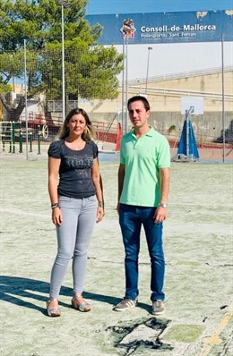 Los consellers del PP de Mallorca Raquel Sánchez y Llorenç Galmés, en la visita al Poliesportiu Sant Ferran.