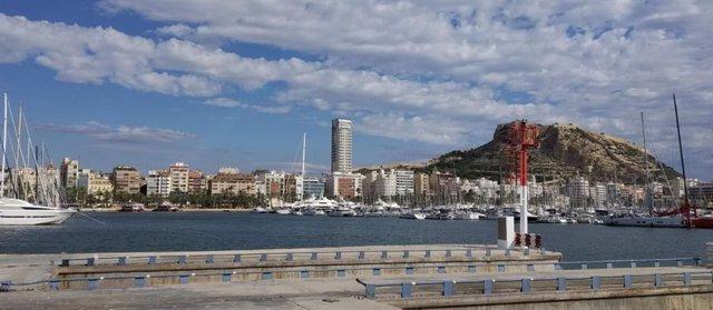 Alicante vista desde uno de los muelles de mercancías de su Puerto.