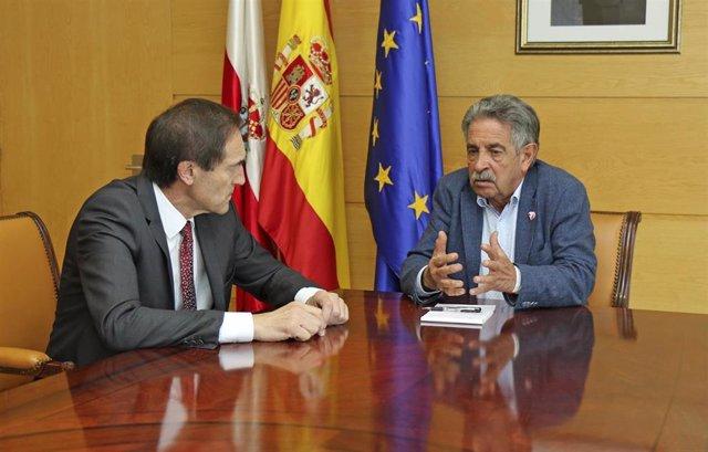 Manuel Menéndez, presidente de Liberbank, con el jefe del Ejecutivo cántabro, Miguel Ángel Revilla