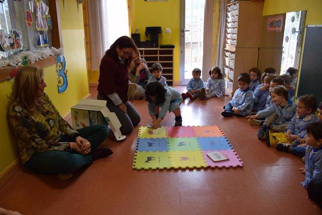 Neños d'Infantil en clase d'asturianu.