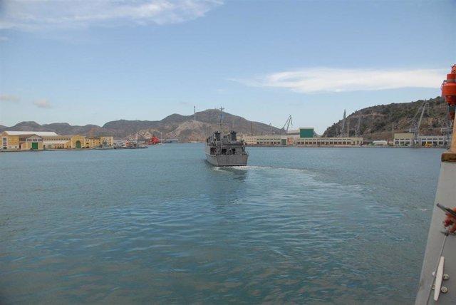 El cazaminas 'Sella' saliendo del puerto de Cartagena
