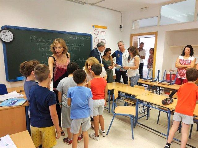 Troncoso (izda.) en una visita a un colegio de Córdoba, en una imagen de archivo