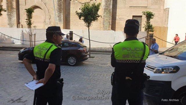 Dos policías locales en en centro de Sevilla