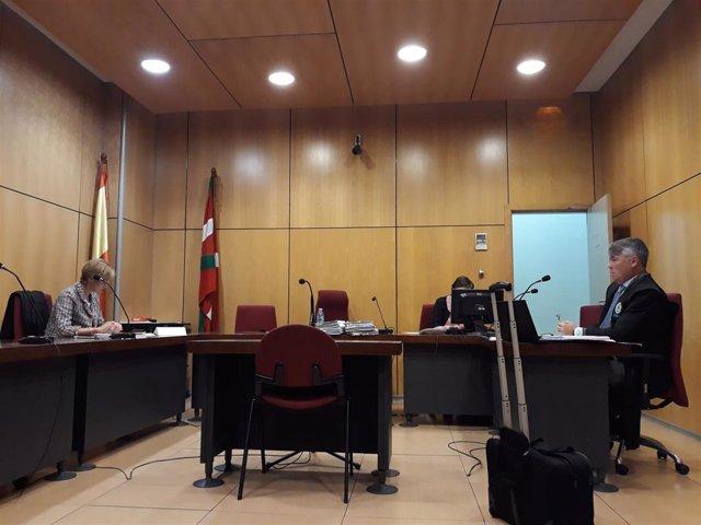 El abogado de los acusados antes del inicio del juicio.