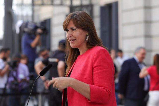 La portavoz de Junts per Cataluña en el Congreso, Laura Borrás, atiende a los medios de comunicación, a las puertas del Congreso de los Diputados, horas previas a la segunda votación para la investidura del candidato socialista a la Presidencia del Gobier