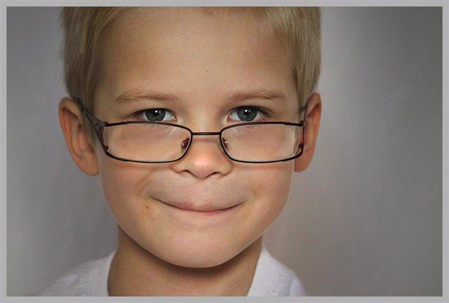 Niño con gafas.