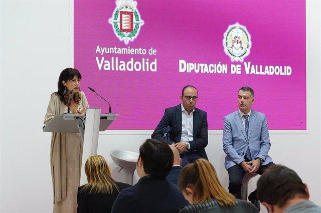 Ana Redondo, a la izquierda, durante la presentación del expositor del Ayuntamiento y la Diputación en la Feria de Muestras de Valladolid.