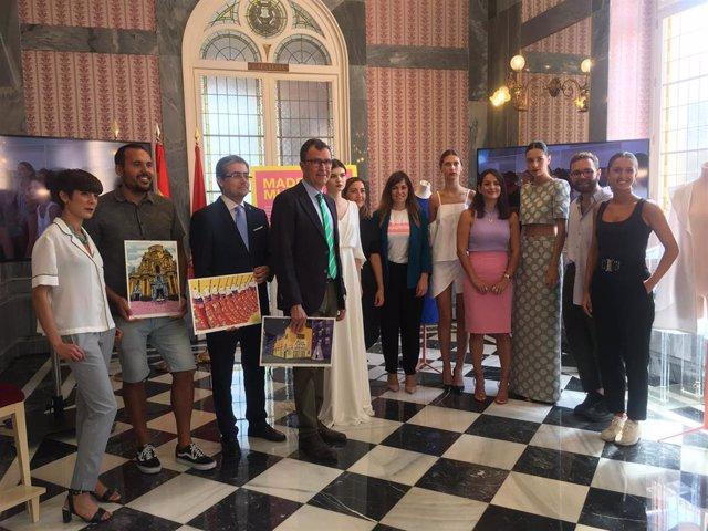 El alcalde y los ediles Rebeca Pérez y Jesús Pacheco junto a artistas murcianos y los diseñadores participantes en la cuarta edición de Made in Murcia