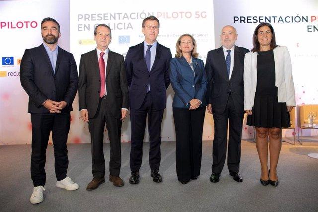 El alcalde de Vigo, Abel Caballero; el presidente de la Xunta, Alberto Núñez Feijóo; la ministra de Economía y Empresa, Nadia Calviño; y otras autoridades, en la presentación del proyecto 5G en Galicia liderado por Telefónica.
