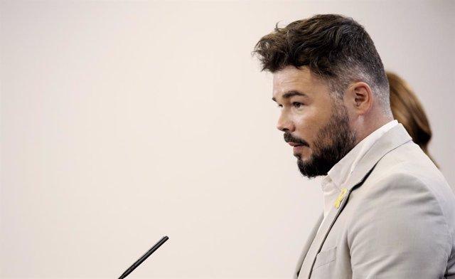 El portavoz de ERC en el Congreso de los Diputados, Gabriel Rufián ofrece una rueda de prensa a los medios de comunicación tras su reunión con el  PSOE dentro de la nueva ronda de encuentros previos a la investidura del candidato socialista.