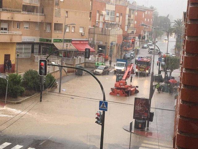 Calles anegadas por las lluvias en Murcia.