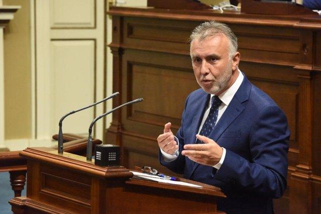 El presidente de Canarias, Ángel Víctor Torres, interviene desde la tribuna en el Parlamento de Canarias