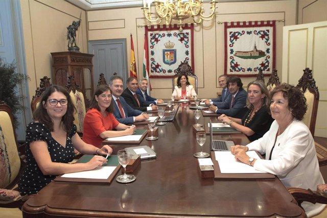 Presidiendo la mesa, la presidenta del Gobierno de La Rioja, Concha ndreu, junto a los nueve consejeros del nuevo Ejecutivo de la comunidad, durante la primera reunión.